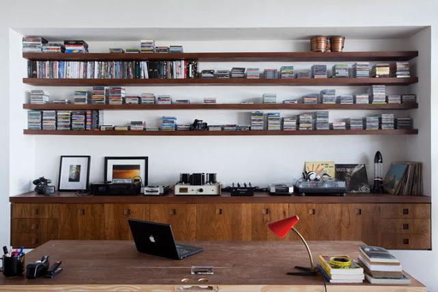 Домашний кабинет с деревянной мебелью