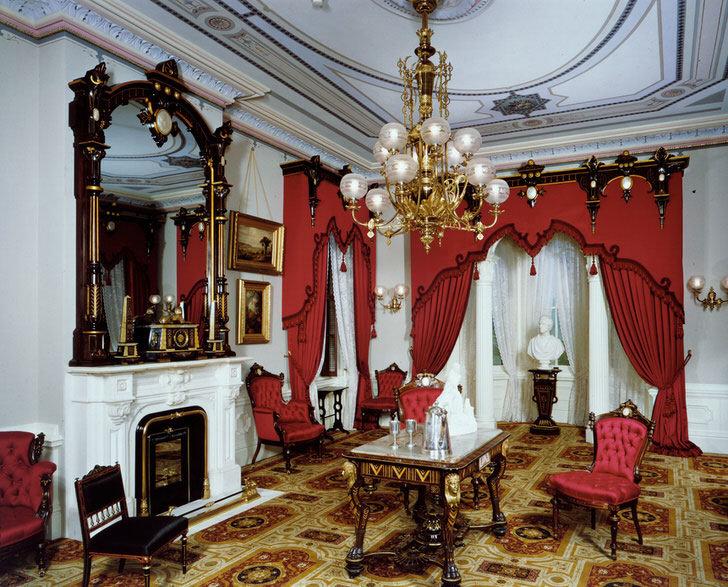 Экспрессия, вычурность стиля свидетельствуют о высоком статусе хозяина жилища.