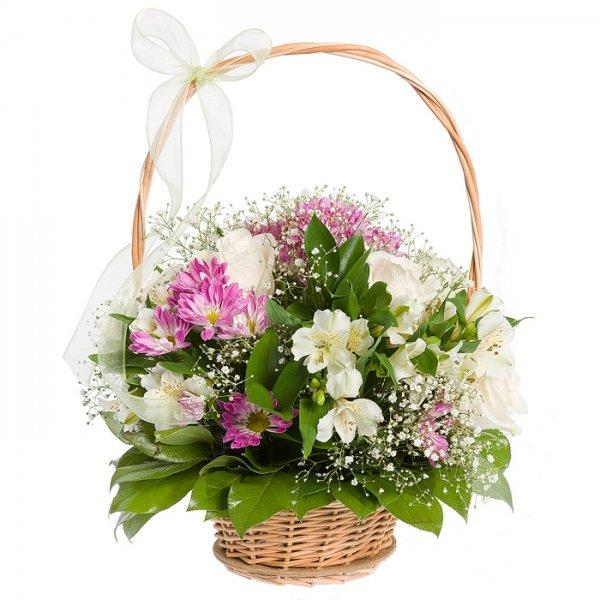 Составление букета в корзинке из роз