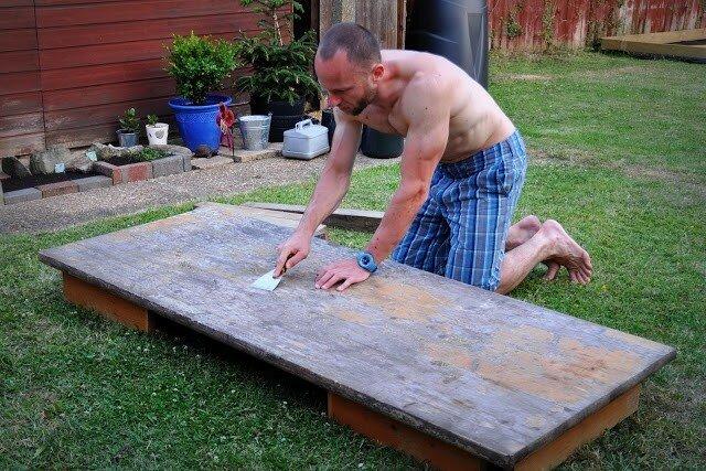 Очистить стол от старой краски или лака