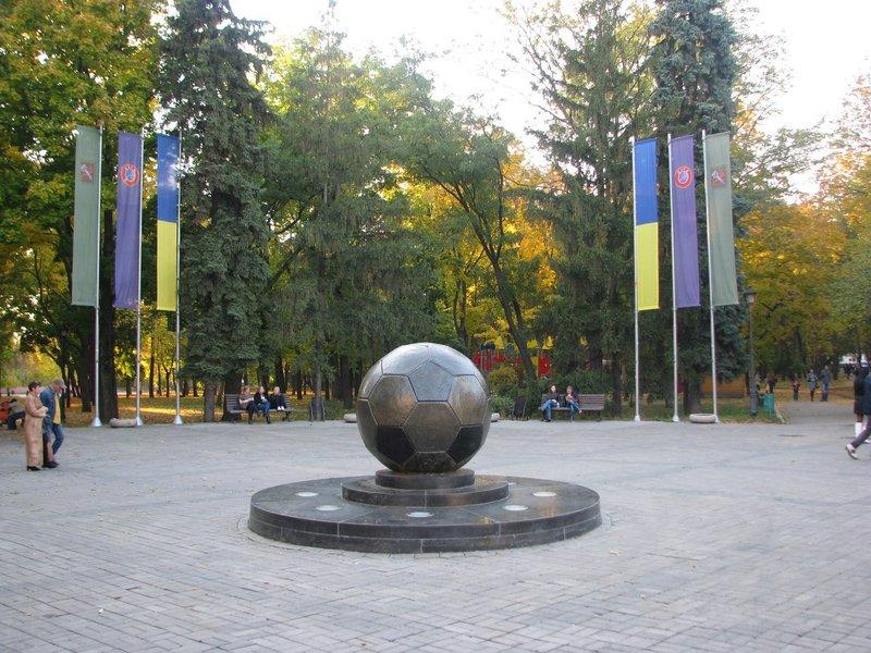 Параллельно улице Сумской, на Аллее спортивной славы, можно отыскать самый спортивный памятник Харькова — бронзовый мяч весом в две тонны.