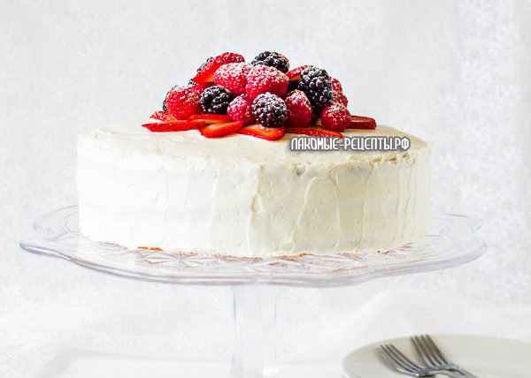 Бисквитный ягодный торт