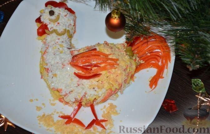 """Рецепт Салат """"Петушок"""" с крабовыми палочками, cостав: крабовые палочки, морковка корейская, морковка корейская для украшения, сыр твёрдый, яйца, мука, майонез, масло растительное для жарки, соль; Для украшения: перец сладкий красный , оливки, перец горошком;, Рецепты закусок, Салаты, Салат из крабовых палочек, Салат из моркови, Салат из яиц, Салат с сыром, Салаты праздничные, Пошаговый, С фото, На праздничный стол, Новый Год, 2017 год Петуха, Салаты новогодние, Блюда из крабовых палочек, Блюда из моркови, Блюда из сыра, Блюда с майонезом"""