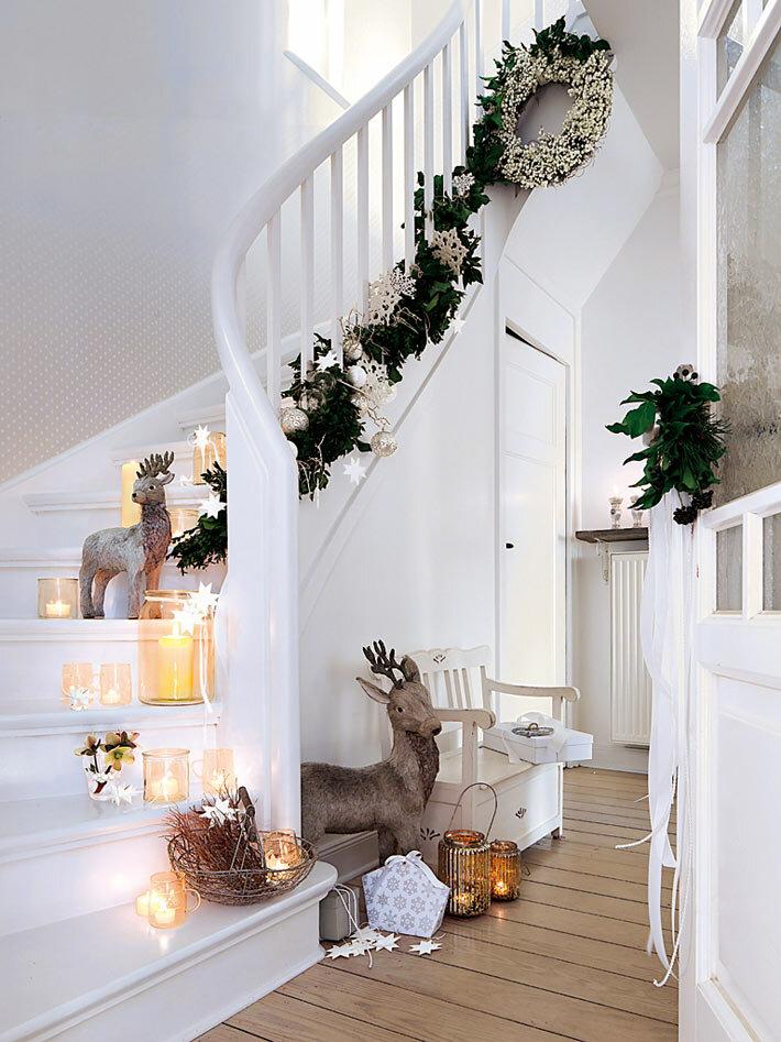 красивая белая лестница с новогодним декором