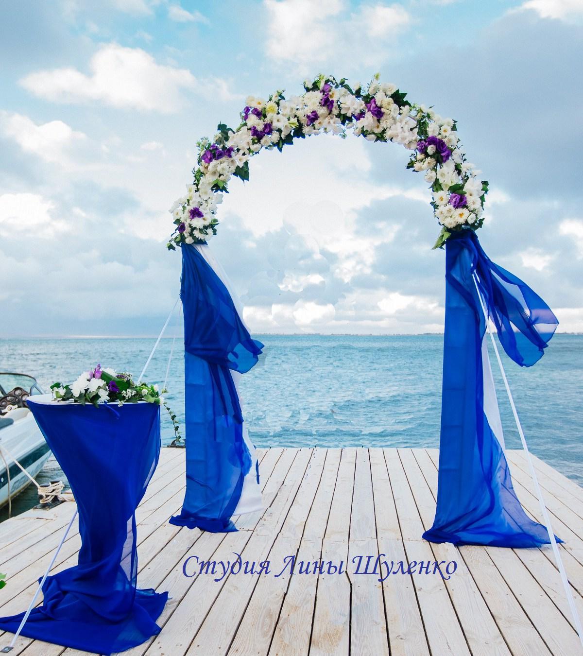 Фото арка для выездной регистрации с синими цветами 17