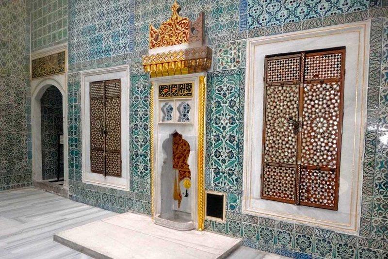 Внутренний дворик Гарема дворцового комплекса Топканы настолько тесный, что трудно представить, как там могли отдыхать сотни наложниц.