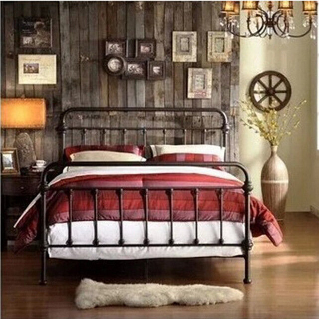 Кровать кованая кантри в спальне.