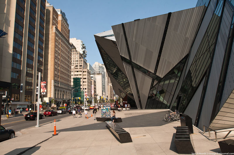 Королевский музей провинции Онтарио. По замыслу дизайнера Майкла Ли-Чин это сооружение в форме кристалла, построенное в 2007 году, должно символизировать любовь канадцев к природе Канады.