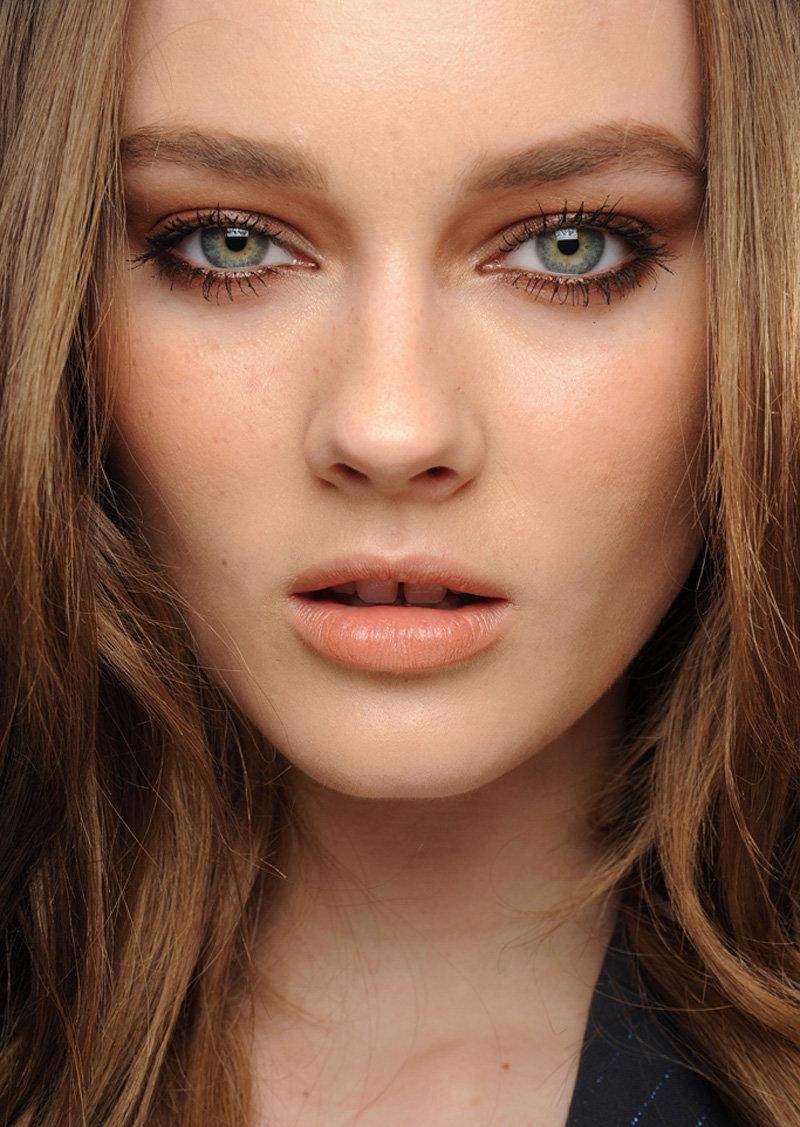 Пример повседневного макияжа глаз под светлую помаду