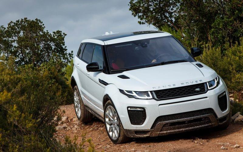 Фото Range Rover Evoque по бездорожью, вид спереди