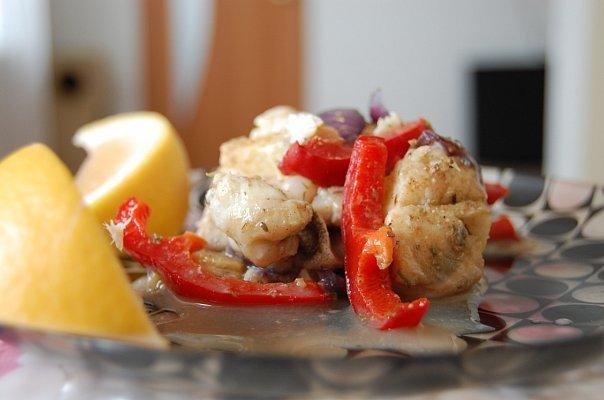 Тушеная рыба с болгарским перцем и томатами с пряностями