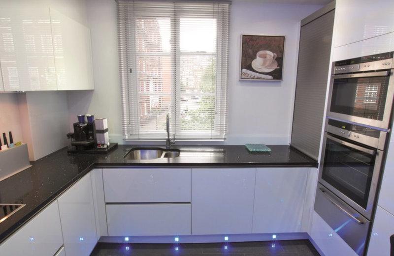 глянцевая белая кухня с черной столешницей фото дизайн