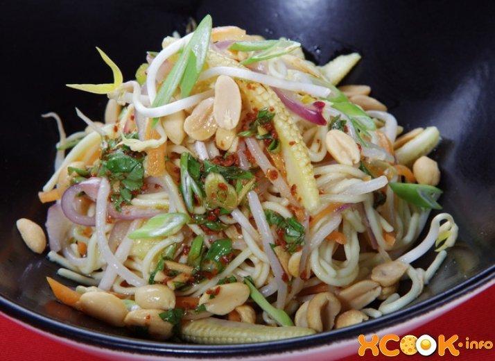 Салат с яичной лапшой – простая, но вкусная закуска тайской кухни, состоящая из макарон, свежих овощей и зелени с оригинальной заправкой на основе соевого соуса