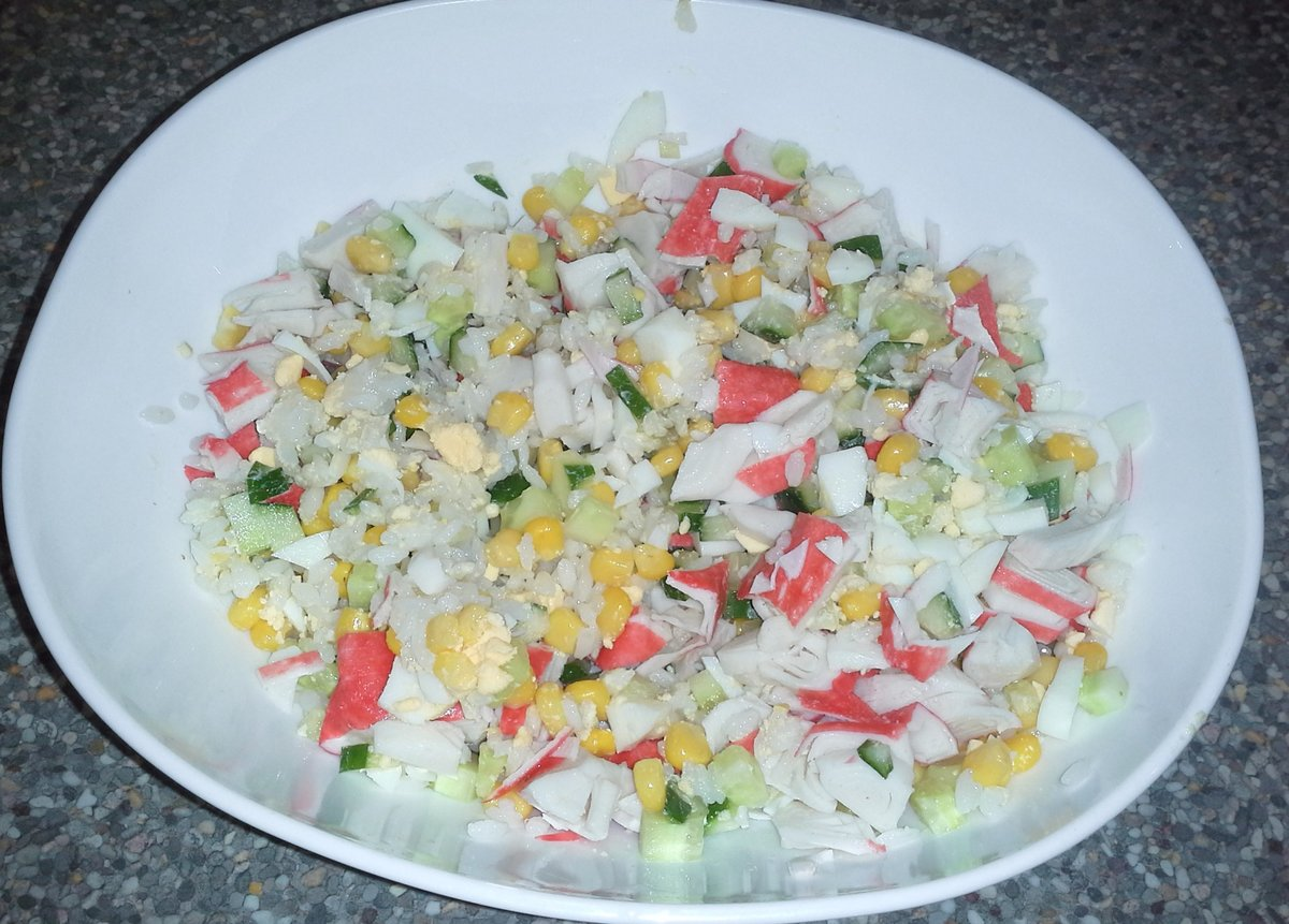 Салат из кукурузы огурца и крабовых палочек