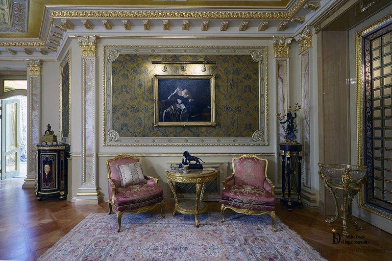 Золочение деталей интерьера, дорогая отделка и мебель превратили гостиную в величественное помещение времен Наполеона III.