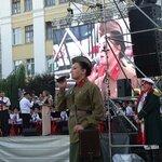 Парад начался от памятника Героям-Комсомольцам, прошел по Александровскому мосту и остановился на площадке перед МФЦ. Всего на улице Ленина собралось более 500 артистов.