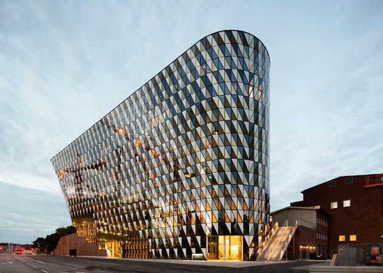 Здание большой университетской аудитории в пригороде Стокгольма шведского архитектурного бюро Wingårdhs.
