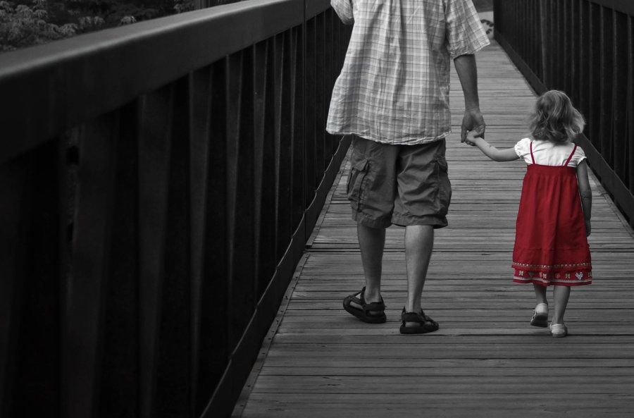 Черно-бело-красные картинки с детьми