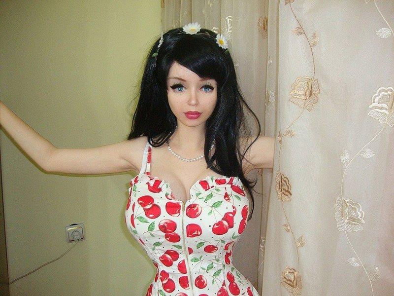 Когда-то была повальная мода на кукольную внешность, и каждая похожая на куклу девушка мечтала выделиться, сделав себе кукольный макияж, и ужать талию.
