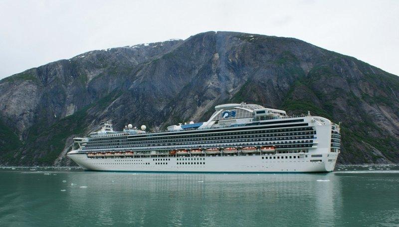 Круизный лайнер заходит в порт