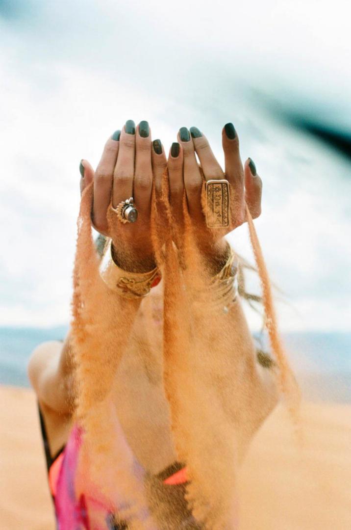 Задействуйте песочек. - Лучшие идеи для пляжной фотосессии