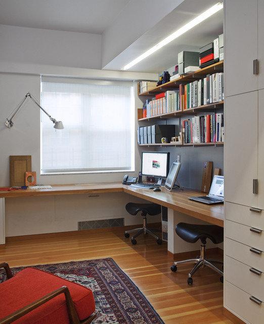 Мини офис в квартире с угловым столом