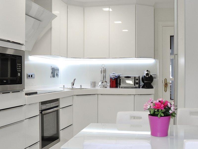 Кухня белая хай тек фото
