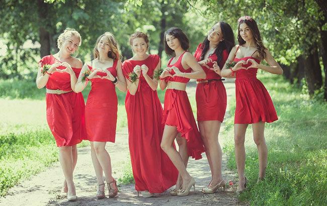 Красные платья подружек невесты фото