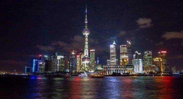 Телебашня «Восточная жемчужина» расположена на полуострове Луцзяцзуй на берегу реки Хуанпуцзян напротив Бунда – шанхайской набережной. Она стала гордостью и украшением города, символом современного Шанхая.