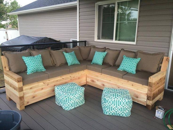 Деревянные доски - основа стильного дивана на террасу