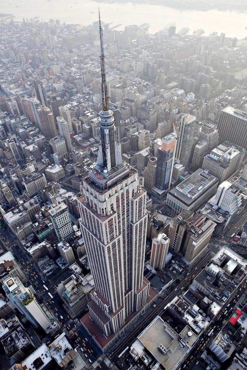 Эмпайр-стейт-билдинг (англ. Empire State Building)  102-этажный небоскрёб, расположенный в Нью-Йорке на острове Манхэттен. С 1931 по 1972, до открытия Северной башни Всемирного торгового центра, являлся самым высоким здани...
