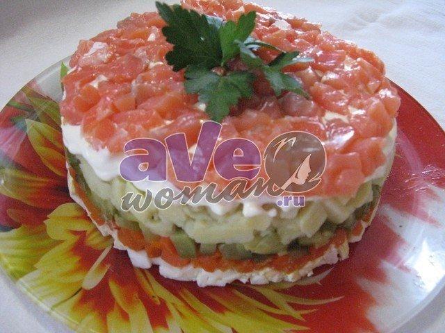 Салат с семгой — изысканное блюдо с великолепным вкусом, которое стоит готовить не только на праздники, а и для повседневной трапезы.