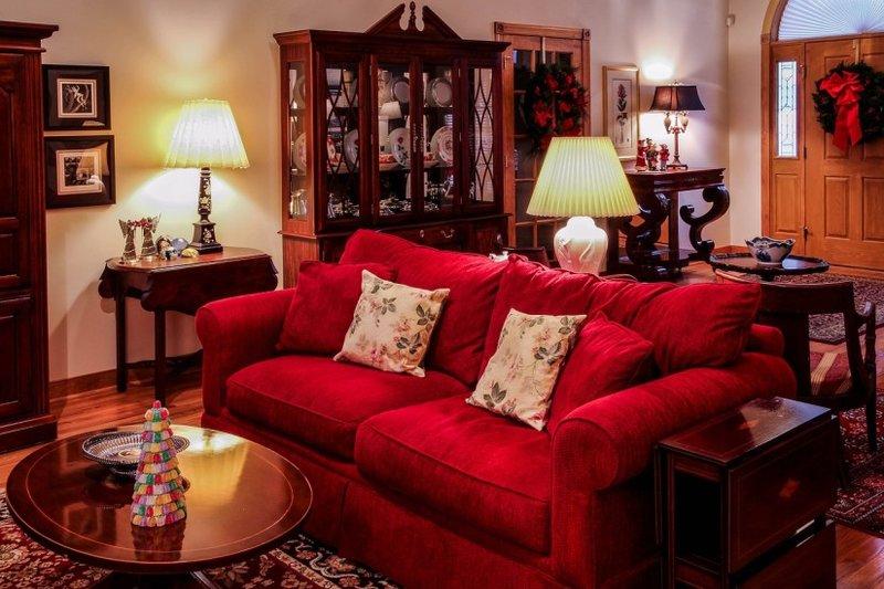 Роскошные ковры из шелка или шерсти с ориентальными мотивами смягчат несколько напыщенный имперский интерьер уютными нотами.