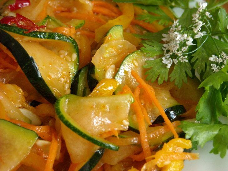 Салат из моркови, томатов, сельдерея, кабачков.