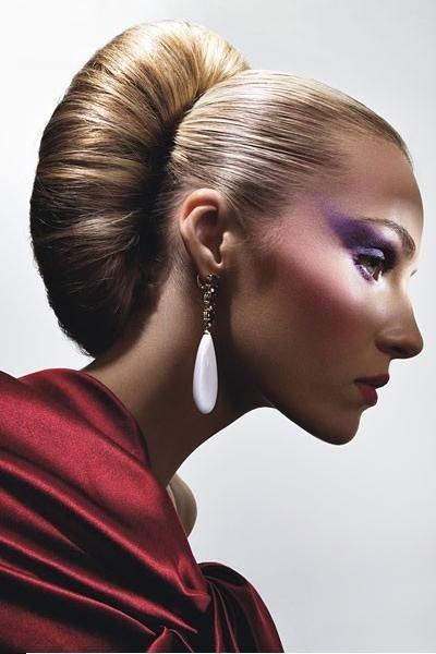 Для такого варианта стилисты используют небольшую хитрость, они волосы накручивают на крупные бигуди и получают вот такой объемный завиток.