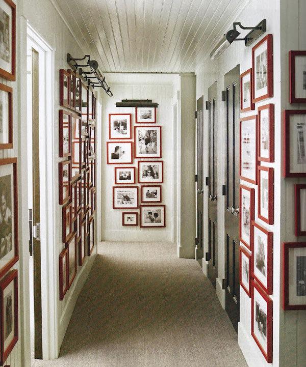 Коридор в этой квартире создан на манер художественной галереи