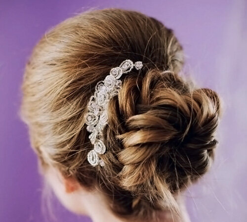 красивая прическа невесты с плетением и диадемой