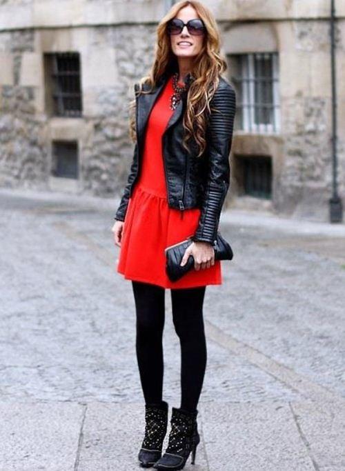 красное платье с черной кожаной курткой