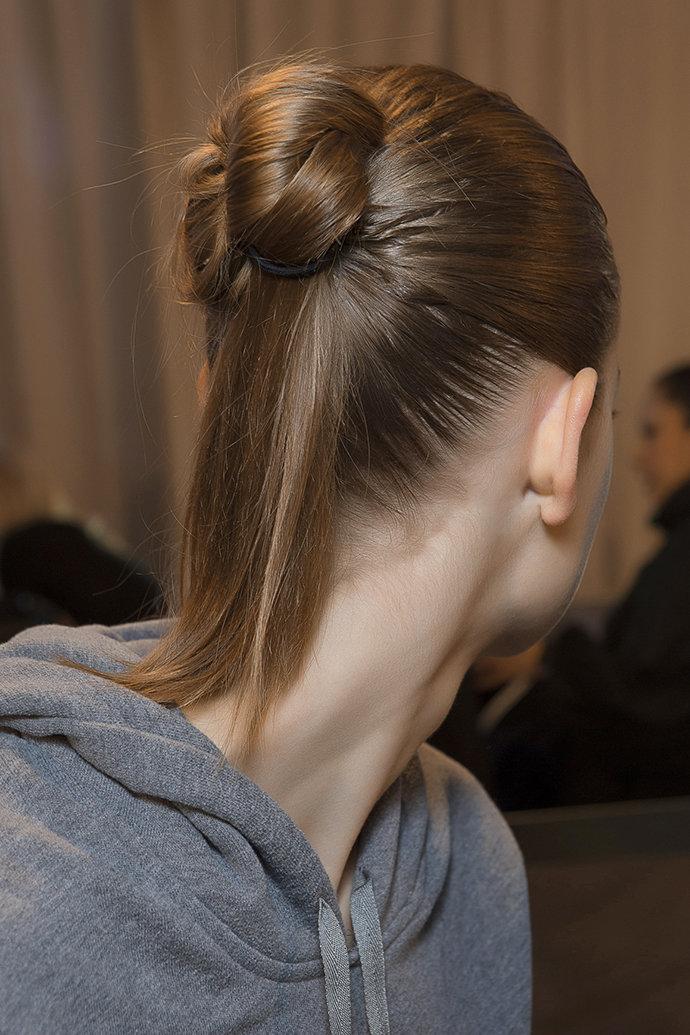 Модная прическа в виде пучка с выпущенными кончиками волос