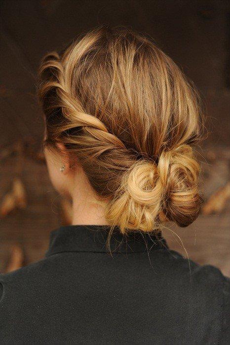 прическа с собранными на затылке волосами