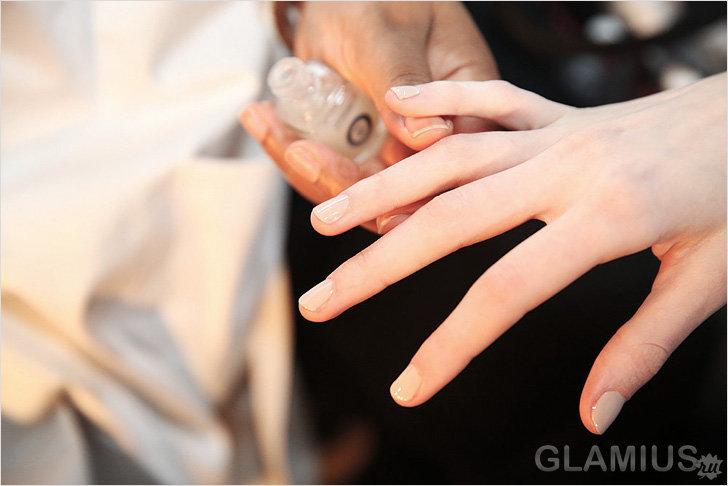 Простой маникюр на коротких ногтях