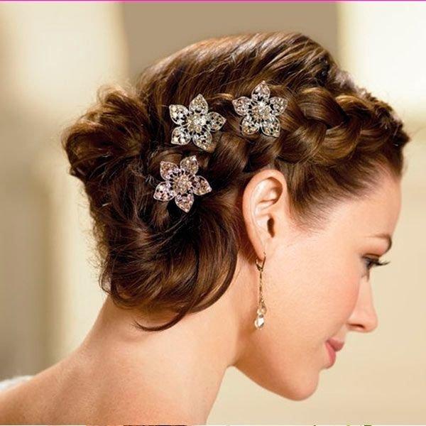 Три заколочки в форме цветов очень украшают прическу, выполненную с помощью плетения. Удачный вариант для романтического образа невесты.