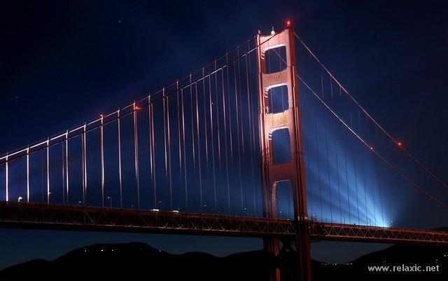 27 мая 2012 года знаменитому американскому мосту Золотые Ворота (Golden Gate) исполнилось 75 лет. Он был построен в 1937 году и соединяет город Сан-Франциско на севере полуострова Сан-Франциско и южную часть округа Марин, рядом с пригородом Саусалито. Мост Золотые Ворота был самым большим висячим мостом в мире с момента открытия и до 1964 года, его длина 1970 м, длина основного пролёта - 1280 м, высота опор - 230 м над водой, масса - 894 500 т, от проезжей части до поверхности воды - 67 м. Это один из самых узнаваемых мостов в мире и, как ни печально, самое популярное место у самоубийц - за всю историю существования с него бросились и погибли 1558 человек, память которых почтили в минувшее воскресенье символической выставкой обуви, по традиции оставляемой на мосту перед роковым прыжком.