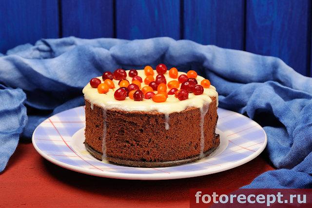 Шоколадный пирог с ягодами и сметанным кремом