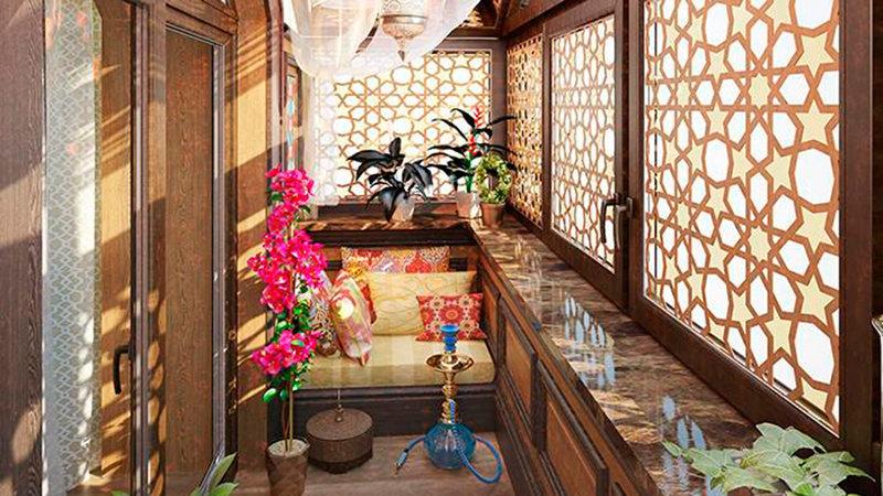 Диван в восточном стиле на балконе