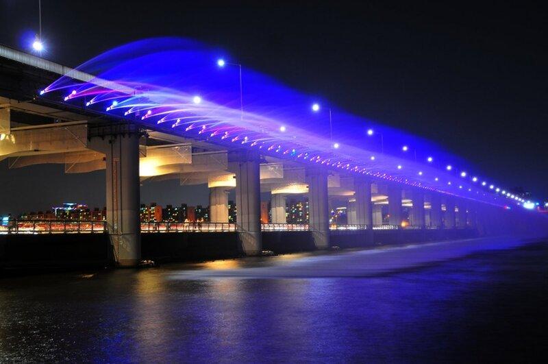 Мост Банпо (Banpo Bridge) не обладает выдающимися размерами, но, по-своему уникален. И самое главное – очень красив. А еще он занесен в книгу рекордов Гиннеса как мост, на котором расположен самый длинный в мире фонтан «Лунная радуга» (1140 м). Мост соединяет два берега реки Хан в южнокорейском городе Сеул.