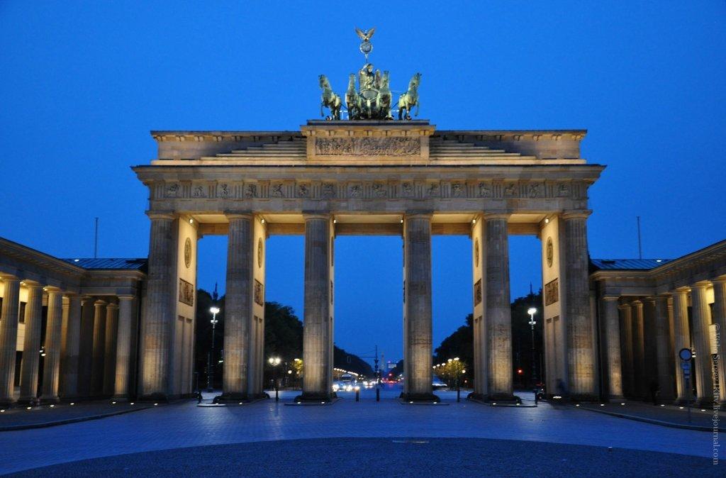 нажимаем троеточие, бранденбургские ворота в берлине фото глядя ваши