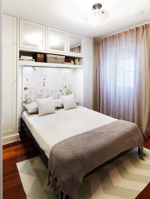 маленькая уютная спальня с окном над кроватью карточка