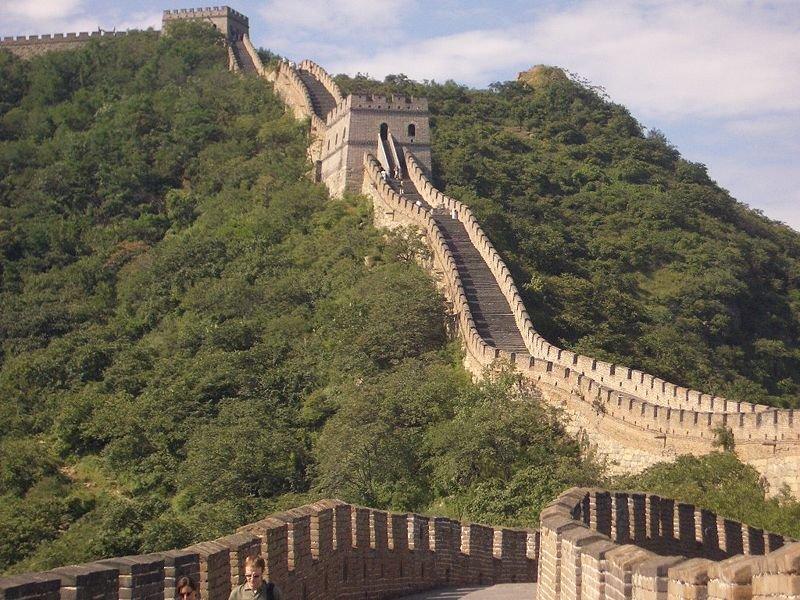 Великая Китайская стена строилась с III века до нашей эры и до XVIIвека нашей эры.