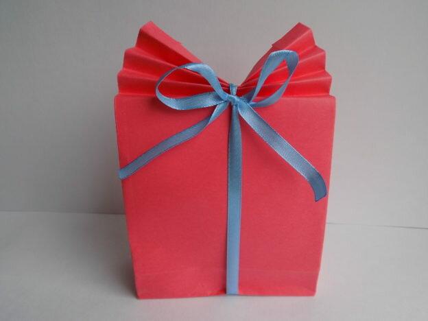 Продумывая подарок кому-либо, многие отправляются в магазин и там ищут все необходимое. Но более творческие натуры склонны изготовить подарок самостоятельно. И в этом случае упаковка его также должна быть сделана своими руками. Мы предлагаем изготовление простой, но оригинальной упаковки из бумаги. Вся пошаговая инструкция приведена в мастер-классе. Для работы потребуется цветной лист бумаги (двусторонней), отрез …